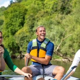 Tourguide als Support beim Steuern des Schlauchboots